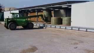 AgriCompact Technologies GmbH: déchargement balles rondes de notre séchoir en charpente métallique Thumbnail