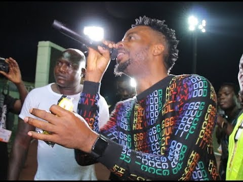 See How 9ice Agege fans throw him alcoholic drink While performing, As He Pick It Up And Drink it