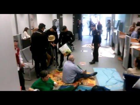 Desalojo de la PAH de Santander de la oficina de Liberbank en Amós de Escalante