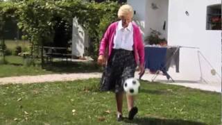 Incredibile. Mia nonna è da pallone d'oro!!!