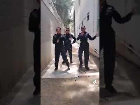 Policías de Michoacán bailando