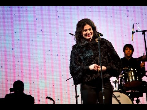 Broadway Star Idina Menzel and the USO Help Military Families Kick Off the Holiday Season
