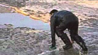 Мужик поспорил на ящик пива, что прыгнет в реку)