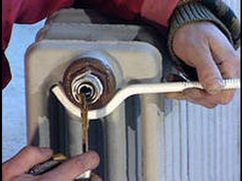 видео: Монтаж радиатора отопления под окном своими руками. Обучение.