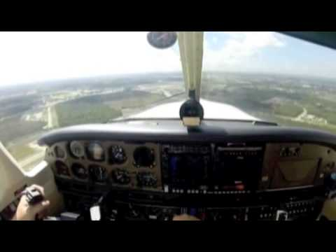 Bird strikes in a plane - Vogel knallt in ein Flugzeug (Ins Cockpit)