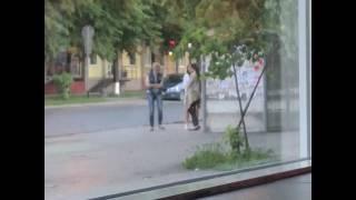 Девахи пляшут на остановке. г.Кемерово.