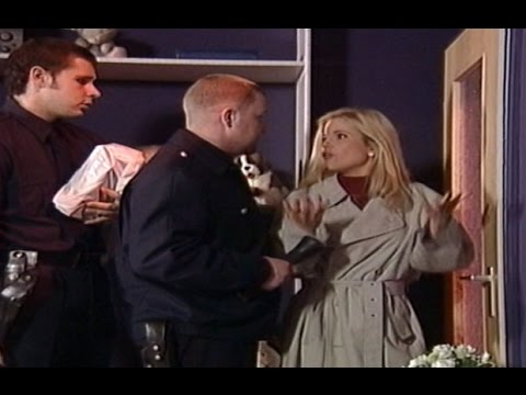 Lustiger Pornodialog: Gina Wild vor verschlossener Tür