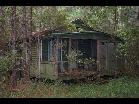 Abandoned House Hidden in The Woods Lot's Of Stuff Left Behind!