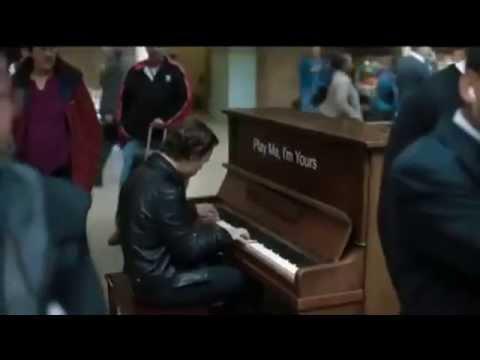 Профессионал-пианист поиграл на случайно попавшемся пианино