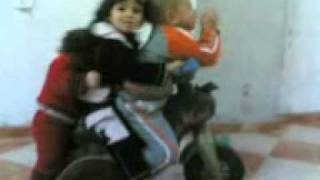 بنت عمرها سنة بتزق في دراجة عليها طفلين اكبر منها