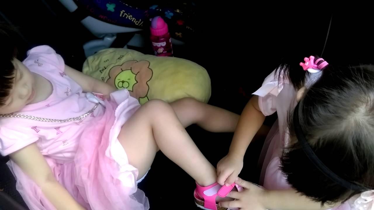 三歲雙胞胎泰萱姊姊幫妹妹泰姸穿涼鞋