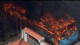 Veiculos são queimados em protesto
