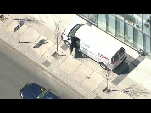 Canada: furgone piomba sulla folla a Toronto, travolgendo una decina di pedoni