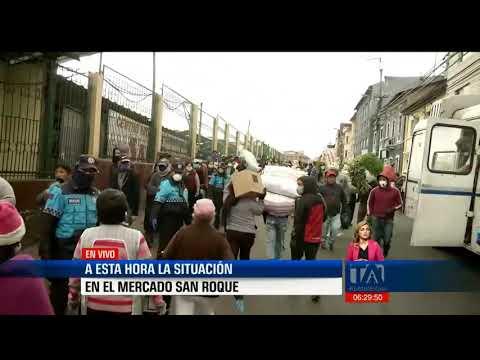 Aglomeración en el mercado de San Roque, en Quito