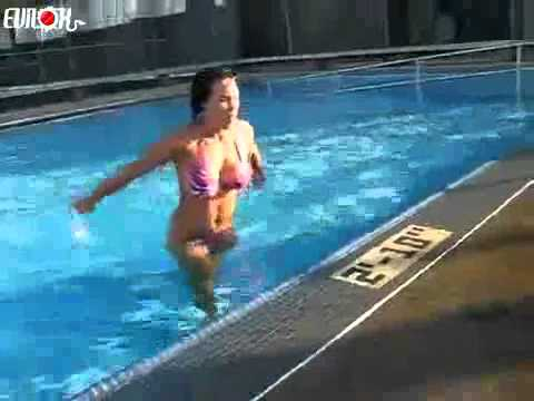 Une femme sort de la piscine dune faon surprenante  YouTube