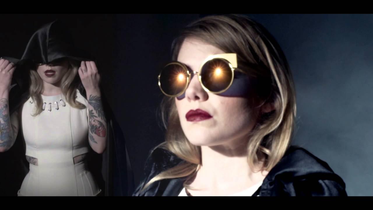 132af23ee0 Cœur de pirate, égérie des nouvelles lunettes Fendi - L'OL MAGL'OL MAG