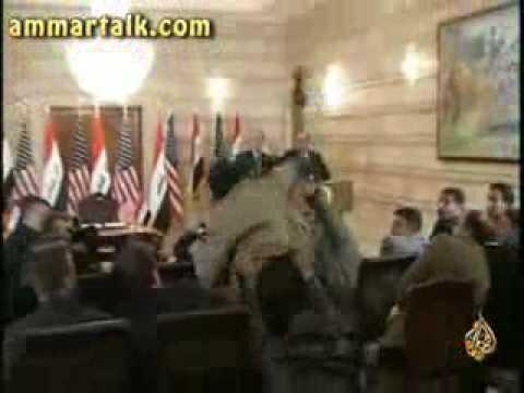 صحفي عراقي يضرب بوش بحذائ