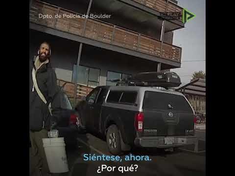 RT en Español: Estudiante afroamericano es confrontado por un policía en Colorado mientras recoge basura frente
