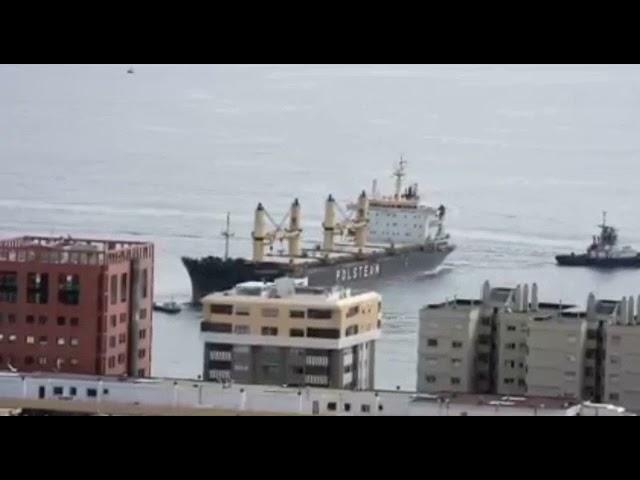 Maniobra de ayuda al buque Wadowice II a punto de embarrancar en el aguas del Puerto de Las Palmas