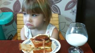 Ну очень большой бургер и маленькая девочка.