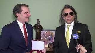 Τιμητική πλακέτα παρέδωσε ο Δήμαρχος Μαραθώνα στον  Μιχάλη Γιάναρη