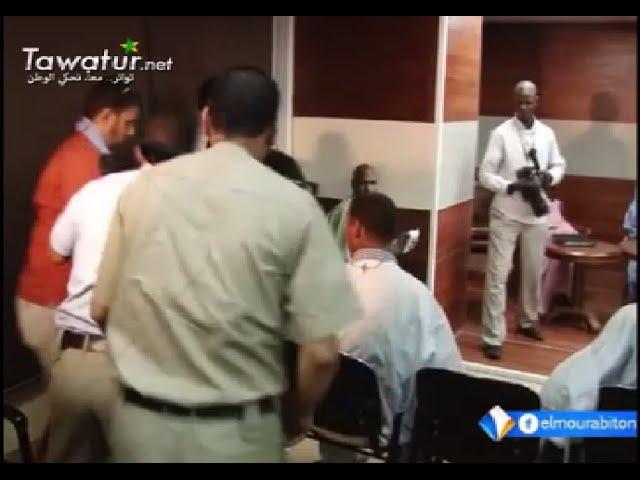 لحظة رمي أحد الصحفيين حذاءه باتجاه وزير الثقافة والصناعة التقليدية الناطق الرسمي باسم الحكومة