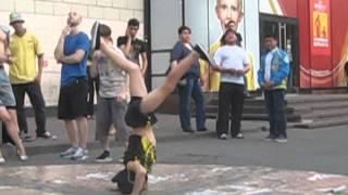 Мальчик танцует капуэро