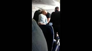 Policías golpean inmigrante dominicano en avión durante deportación