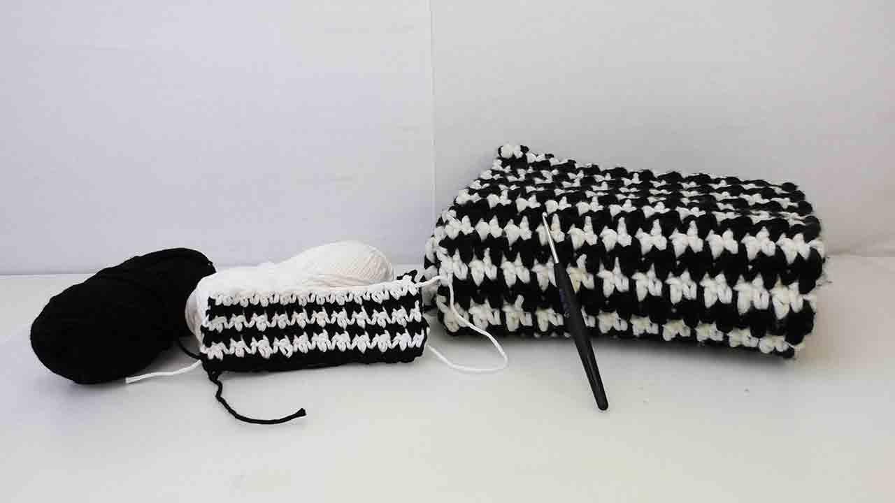 hahnentrittmuster h keln anleitung zum zweifarbigen h keln trendmuster in schwarz wei. Black Bedroom Furniture Sets. Home Design Ideas