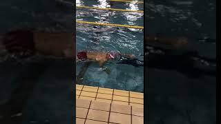 クロールの水中動作の練習です。リカバリーは水の中で行います。しっか...