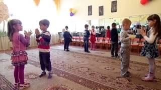 Танец детей средней группы 'Светит солнышко для всех'