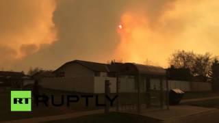 В Канаде лесные пожары подобрались к населенным пунктам(В Канаде лесные пожары угрожают населенным пунктам провинции Альберта. Стихия уже разрушила несколько..., 2016-05-04T07:25:06.000Z)