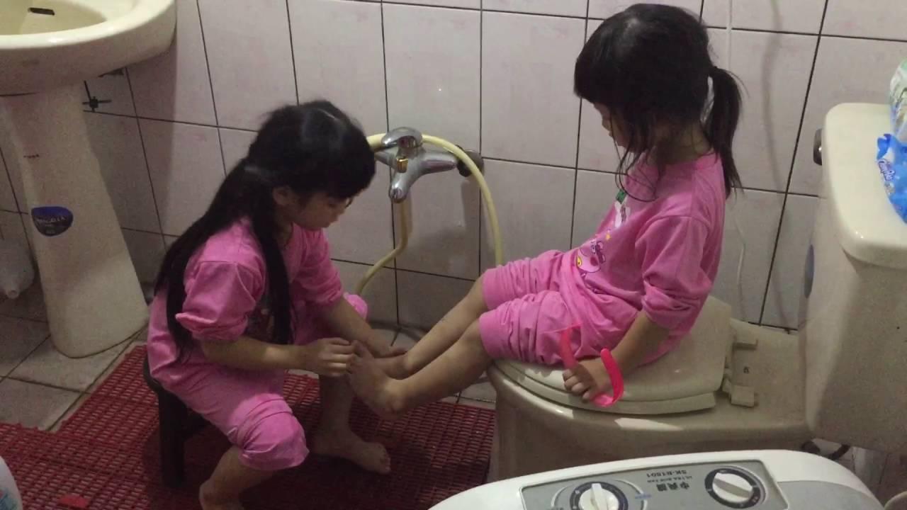 2016.10.14窩心的姊姊幫妹妹洗腳