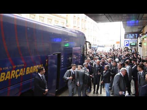 L'arrivo del Barcellona a Napoli tra applausi e cori: 'Messi'