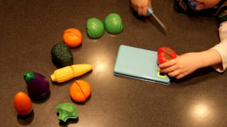 Pretend & Play Sliceable Fruits & Veggies - Demonstration