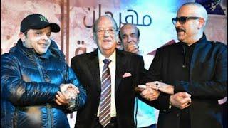 لحظة تكريم الفنان القدير حسن حسني في مهرجان النقابة التمثيلية ومحمد هنيدي سلم ذرع التكريم