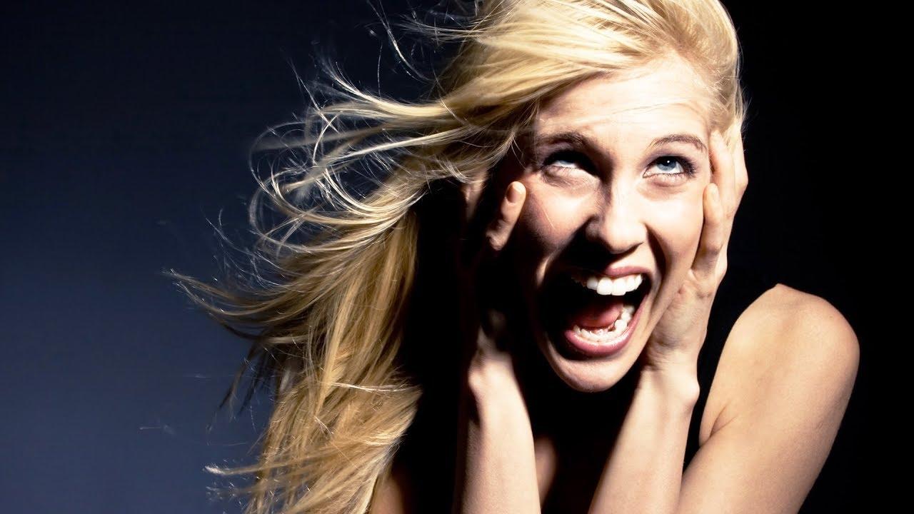Страстная блондинка кричит от страха