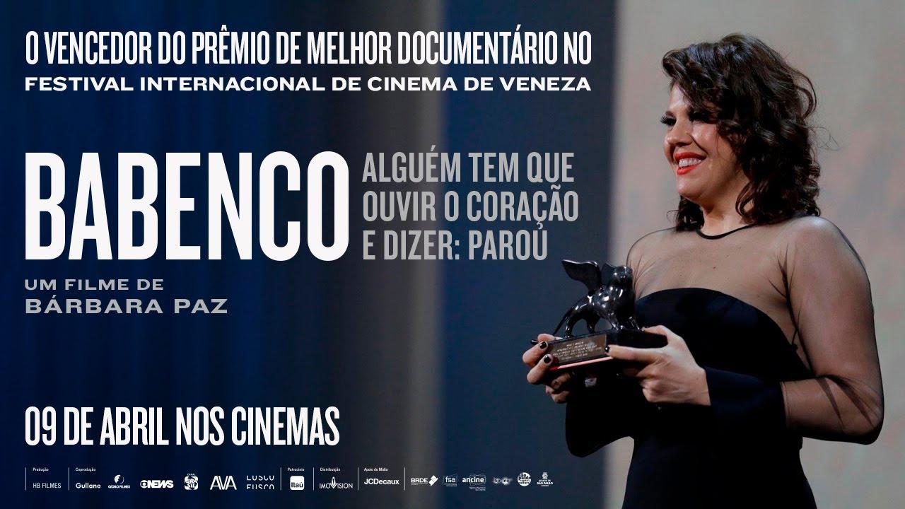 Bárbara Paz recebendo o prêmio de Melhor Documentário no Festival de Veneza 2019