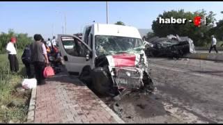 Tarım İşçilerini Taşıyan Minibüs Otomobille Çarpıştı 26 Kişi Yaralandı