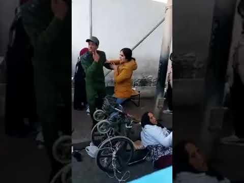 La Policía marroquí zarandea a un porteador en silla de ruedas en Bab Sebta