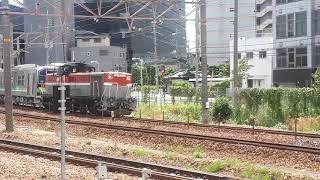 JR西日本新大阪駅でDE10-1561号機とJR北海道のH100形甲種輸送の通過シーン2020年(携帯電話で撮影)