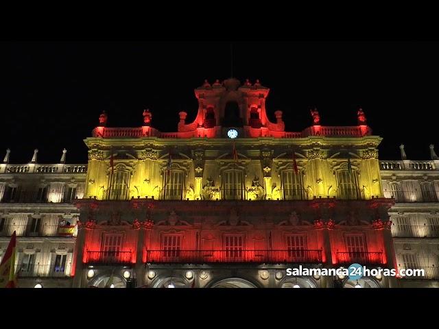 La Plaza Mayor de Salamanca se ilumina con los colores de la bandera española
