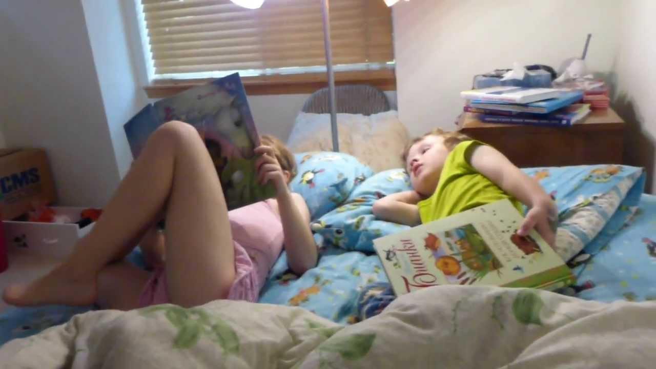 Сестра читает брату лето 2013