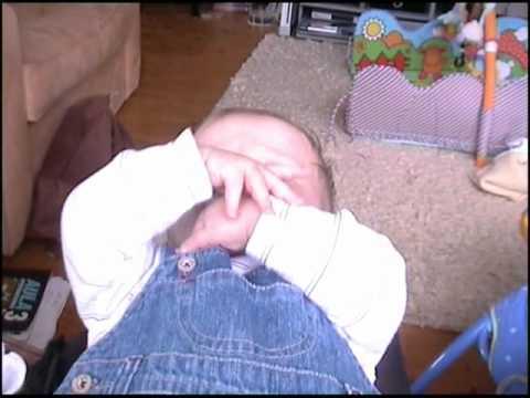 Baby wacht auf - YouTube