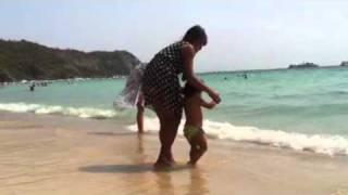 Мальчик боится заходить в воду(На пляже острова Ко Ларн маленький мальчик боится зайти в воду., 2011-02-18T08:24:04.000Z)