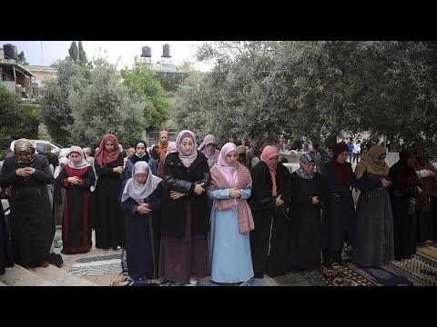 شاهد فلسطينيون يقيمون صلاة العيد خارج أسوار المسجد الأقصى المغلق بسبب كورونا…  - 22:59-2020 / 5 / 24