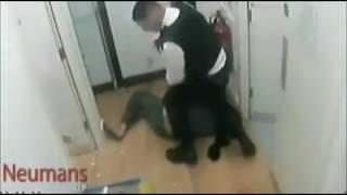 Download Video برخورد زشت پولیس بریتانیا با یک زن محجبه مسلمان MP3 3GP MP4