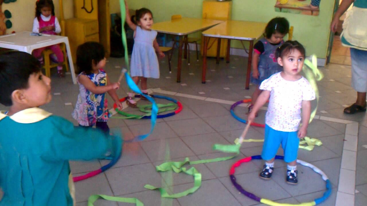 Ni os jugando con cintas youtube for Actividades para jardin maternal sala de 2