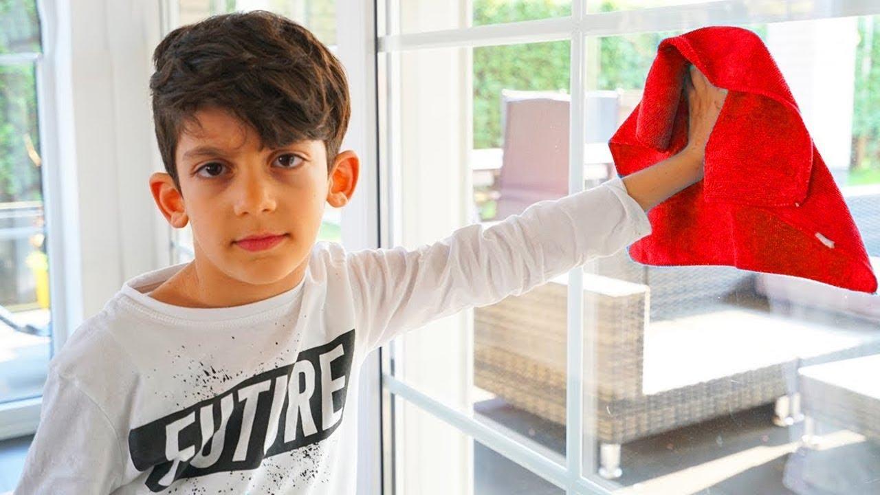 Jason और Alex बच्चों के लिए खिलौनों के साथ मजेदार कहानियां | बच्चे घर के आसपास मदद करते हैं!