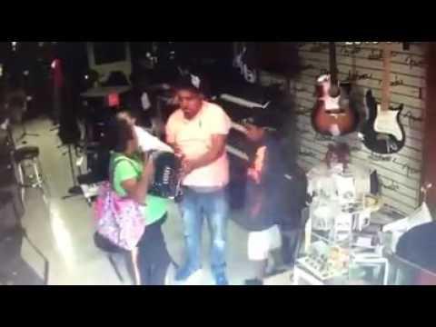 Familia ingresa a tienda de musica y roban un acordeón